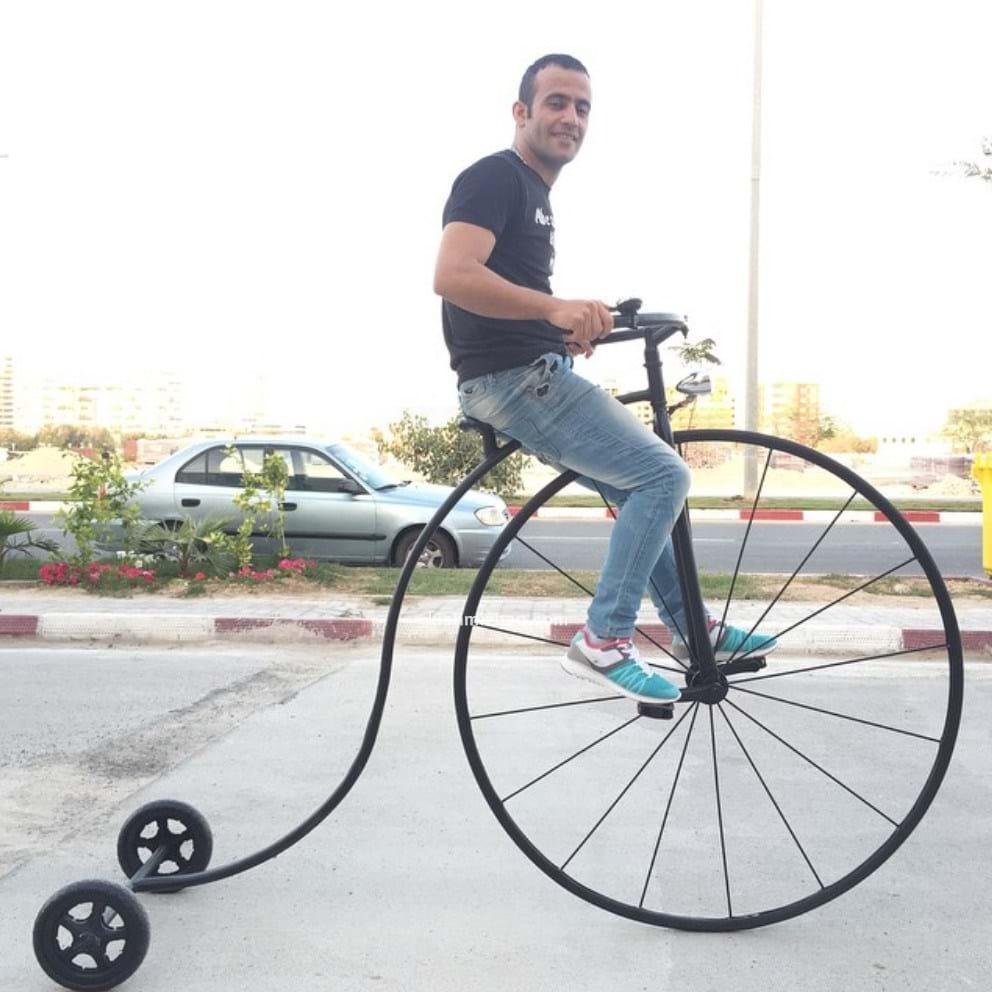 اکبر اقبالی بر روی دو چرخه